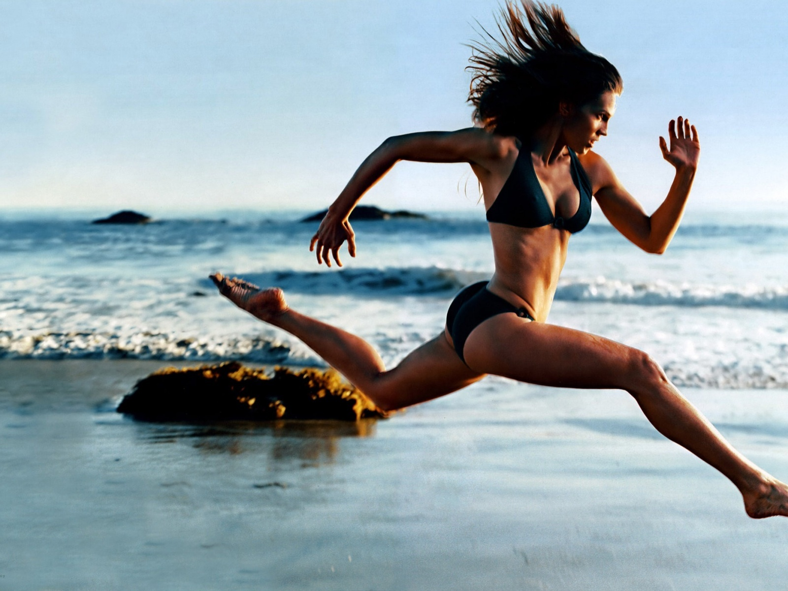 girl-running-on-the-beach_brash_fitness